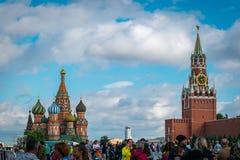 St-basilikas domkyrka och Spasskaya Bashnya p? den r?da fyrkanten i Moskva, Ryssland arkivfoto