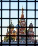 St-basilikas domkyrka på röd fyrkant bak stänger Fotografering för Bildbyråer