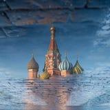 St-basilikas domkyrka på röd fyrkant i vårdag reflekterade i pölen moscow russia Royaltyfria Foton