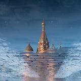 St-basilikas domkyrka på röd fyrkant i vårdag reflekterade i pölen moscow russia Royaltyfria Bilder