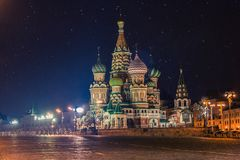 St.-Basilikum ` s Kathedrale auf Rotem Platz in Moskau nachts lizenzfreies stockbild
