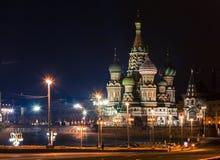 St.-Basilikum ` s Kathedrale auf Rotem Platz in Moskau nachts Lizenzfreie Stockbilder