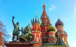St.-Basilikum ` s Kathedrale und Monument zu Minin und zu Pozharsky auf Rotem Platz in Moskau, Russland Lizenzfreies Stockbild