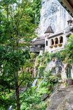St Beatus Cave et cascades au-dessus de Thunersee, Sundlauenen, Suisse photos libres de droits
