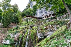 St Beatus Cave et cascades au-dessus de Thunersee, Sundlauenen, Suisse photographie stock