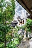 St Beatus Cave et cascades au-dessus de Thunersee, Sundlauenen, Suisse photos stock