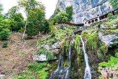 St Beatus Cave et cascades au-dessus de Thunersee, Sundlauenen, Suisse images stock