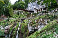 St Beatus Cave et cascades au-dessus de Thunersee, Sundlauenen, Suisse images libres de droits
