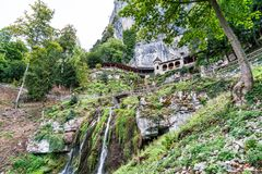 St Beatus Cave et cascades au-dessus de Thunersee, Sundlauenen, Suisse image libre de droits
