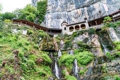 St Beatus Cave et cascades au-dessus de Thunersee, Sundlauenen, Suisse photo stock