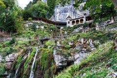 St Beatus Cave et cascades au-dessus de Thunersee, Sundlauenen, Suisse photographie stock libre de droits