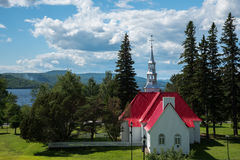 St Bernard kaplica z widokiem jezioro Mont-Tremblant Obraz Royalty Free