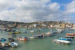 St británico del oeste del sur Ives Cornwall de la ciudad de la costa con los barcos en puerto imágenes de archivo libres de regalías