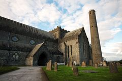 St Canice Cathedral et tour ronde, Kilkenny Images stock