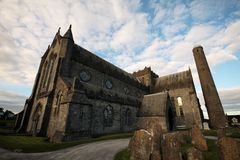 St Canice Cathedral och runt torn, Kilkenny Royaltyfri Bild