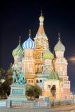 St. Catedral de la albahaca, Moscú en la noche Foto de archivo