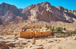 St Catherine Monastery dal pendio di montagna rocciosa, Sinai, Egy fotografia stock libera da diritti