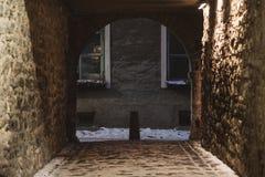St Catherine Passage - begränsa den stenlade gatan i den gamla staden av T royaltyfri fotografi