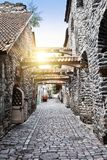 St Catherine Passage - lite gångbana i den gamla staden Tallinn, Estland royaltyfri fotografi