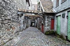 St Catherine Passage - lite gångbana i den gamla staden Tallinn, Estland royaltyfria foton