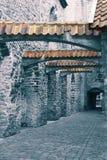 St Catherine Passage - un piccolo passaggio pedonale nella vecchia città Tallinn, Estonia tonalità fotografia stock