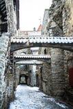 St Catherine ` s Passage met sneeuw in Tallinn Royalty-vrije Stock Foto's