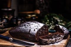 St?cke des Schokoladenkuchens auf einem h?lzernen Brett Pulverisierte Zuckerglasur Schokoladenschokoladenkuchen lizenzfreie stockfotografie