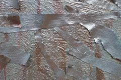 St?cke des selbsthaftenden Kreppbandes gemalt mit silbernem Spray metallische Schatten des Goldes und des Silbers lizenzfreie stockfotografie