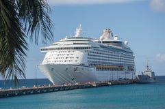 St Croix--Nave da crociera caraibica reale messa in bacino e la gente sul pilastro immagine stock libera da diritti