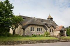 St cubierto con paja Agnes Freshwater Bay Isle de la iglesia del Wight imágenes de archivo libres de regalías