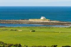 St Cwyfan's, l'église en mer Images libres de droits