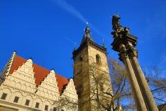 St. Cyril en Metoděj kyrka, det nya stadshuset (tjeck: Novoměstská radnice), gamla byggnader, ny stad, Prague, Tjeckien Royaltyfri Foto