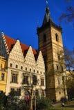 St. Cyril en Metoděj kyrka, det nya stadshuset (tjeck: Novoměstská radnice), gamla byggnader, ny stad, Prague, Tjeckien Royaltyfria Foton