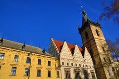 St. Cyril en Metoděj kyrka, det nya stadshuset (tjeck: Novoměstská radnice), gamla byggnader, ny stad, Prague, Tjeckien Royaltyfri Fotografi