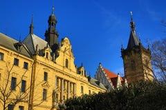 St. Cyril en Metoděj kyrka, det nya stadshuset (tjeck: Novoměstská radnice), gamla byggnader, ny stad, Prague, Tjeckien Arkivbilder