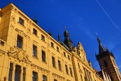 St. Cyril en Metoděj kyrka, det nya stadshuset (tjeck: Novoměstská radnice), gamla byggnader, ny stad, Prague, Tjeckien Royaltyfri Bild