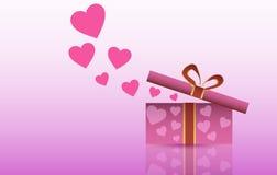 St Día del ` s de la tarjeta del día de San Valentín Abra la caja con los regalos y los corazones en un fondo rosado Imágenes de archivo libres de regalías