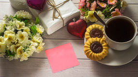 St Día del ` s de la tarjeta del día de San Valentín Taza de café con la letra de amor vacía en la tabla de madera blanca Fotografía de archivo