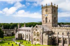 St David Cathedral sous le ciel bleu avec des nuages image stock