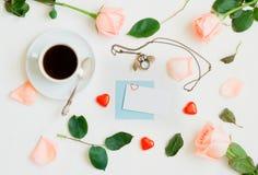 St de achtergrond van de Valentijnskaartendag - de kop van koffie, perzikrozen, lege kaart, uil vormde klok, hart gevormd suikerg stock afbeeldingen