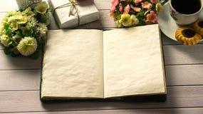 St de Dag van de valentijnskaart ` s Kop van koffie met lege liefdebrief op witte houten lijst Royalty-vrije Stock Foto's