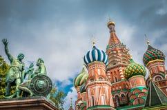 St de Kathedraal en het monument van het Basilicum bij Rood vierkant in Moskou, Rusland stock foto's