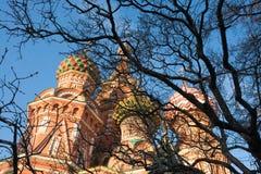 St de Kathedraal van het Basilicum op Rood vierkant in de lentedag Moskou, Rusland Royalty-vrije Stock Afbeelding