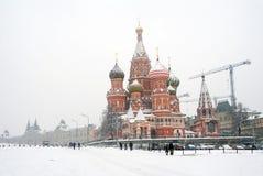 St. de Kathedraal van het basilicum door de sneeuw wordt behandeld die Royalty-vrije Stock Afbeeldingen
