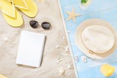 St de la libreta del espacio en blanco del fondo del verano de las vacaciones de los accesorios del viajero Imágenes de archivo libres de regalías