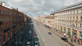 ST DE RUSIA PETERBURG- 22 DE ABRIL: vista aérea de la calle europea del centro de ciudad almacen de metraje de vídeo
