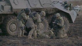 ST DELLA RUSSIA PETERBURG- 3 APRILE: bendaggio del soldato ferito durante gli esercizi militari video d archivio