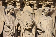 St Denis en la fachada de Notre Dame Cathedral en París Francia Imagen de archivo libre de regalías