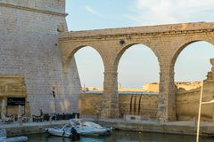 St di pietra antica Angelo della fortificazione del ponte fotografia stock