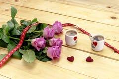 St Dia do ` s do Valentim Ramalhete das rosas e das duas xícaras de café Imagem de Stock